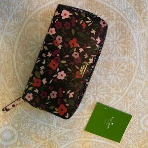 Kate spade ♠️ flowery wallet! 🌸